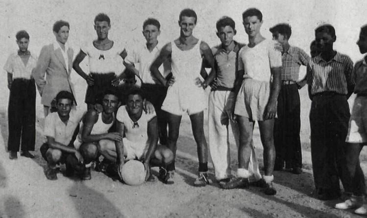 "1948, al centro Massimo Iellamo, Mario Iellamo, Nicolinu u Giarraru, Michele Muscolo d'u pani, Vincenzino Iellamo, Cic-cio Asprea d'a ""ndrina"""