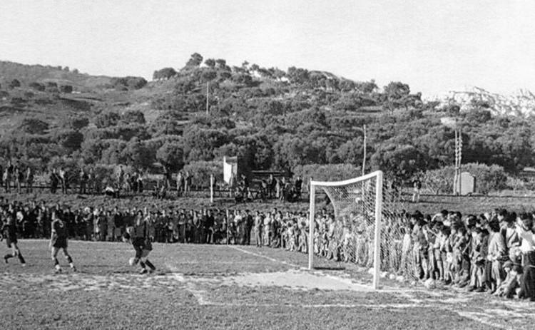 """Una partita del Roccella al """"Nino Bumbaca"""". Da notare l'alta scarpata della ferrovia."""