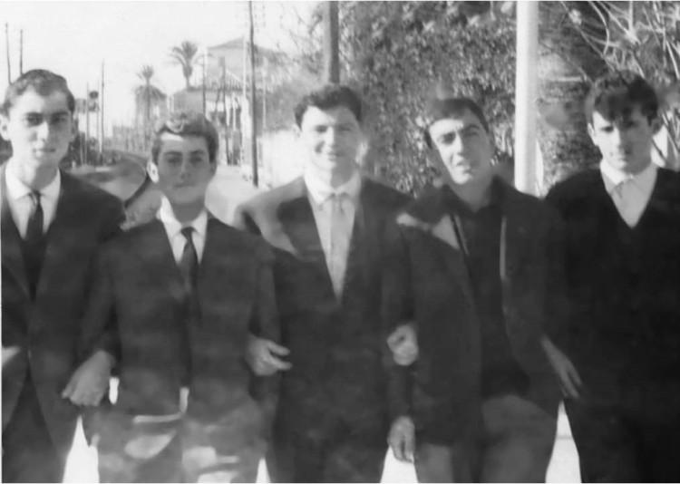 """Da sinistra: Mimmo Bova, Rocco Placanica d'u Mantellinu, Pi-no """"Calumija"""" Alvaro, Pascali u Catunaru, Francu 'i Zirguni alla stazione."""