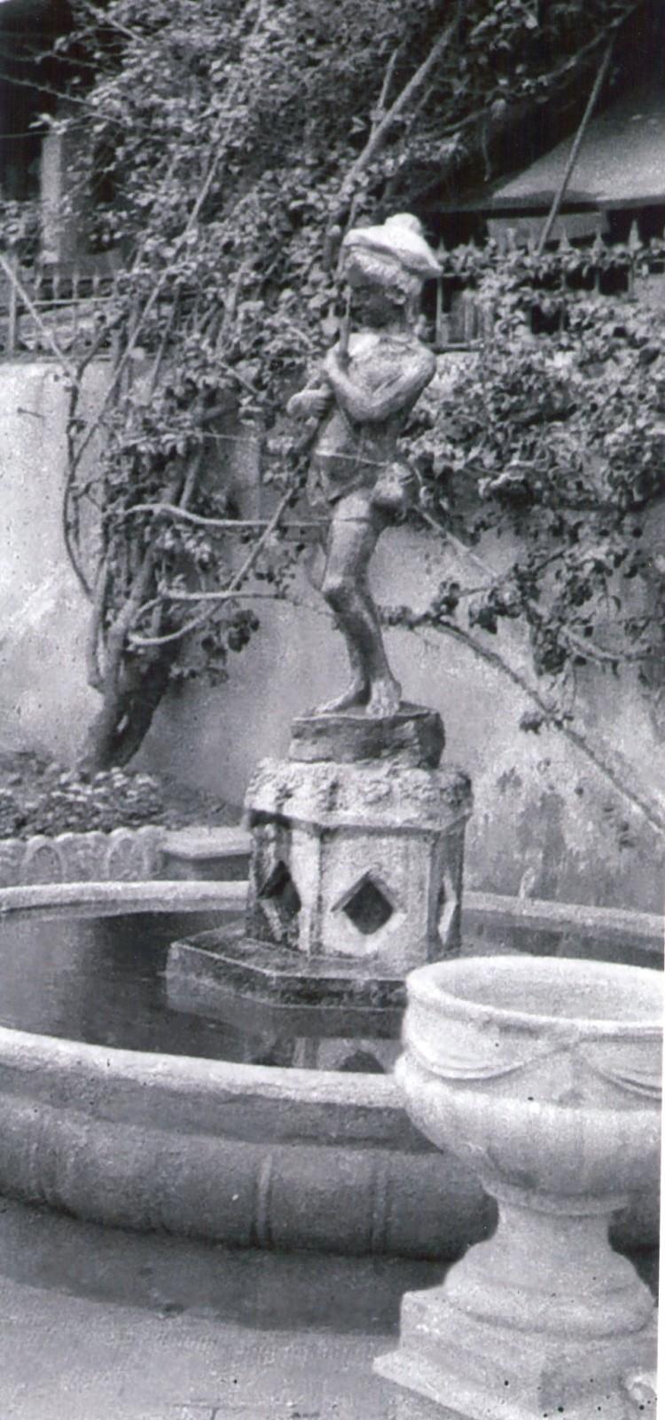 L'antica fonta del bambino che gioca col pesce