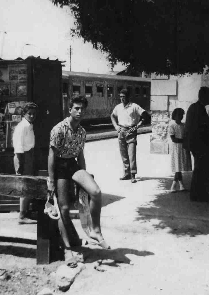 Roccella, agosto 1957, alla stazione sotto il benjamina sul bina-rio morto.